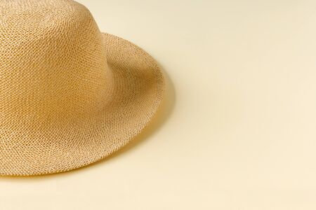Beautiful straw hat  on the ocean coast . Nature summer background.  Flat lay, top view, copy space concept. Foto de archivo