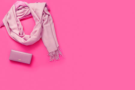Beautiful pink woolen scarf and beautiful leather wallet on paper background. Top view, flat lay, copy space concept. Foto de archivo - 155232943