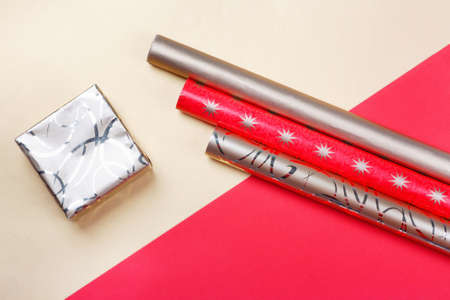 Golden gift boxes and red wrapping paper on bright background.Top view flat lay group objects Foto de archivo - 156853347