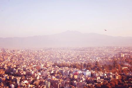 mundo contaminado: Katmandú vista a la ciudad del templo de Swayambhunath - efecto vintage. Capital de Nepal noche foto - filtro retro. Casas de Katmandú en una puesta de sol, Nepal.