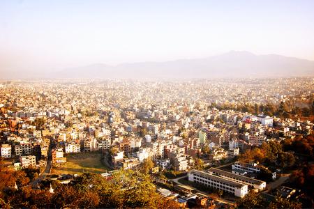 mundo contaminado: Opinión de la ciudad de Katmandú Swayambhunath Temple - efecto de la vendimia. Capital de Nepal noche foto - filtro de retro. Los techos de Katmandú en una puesta de sol, Nepal.