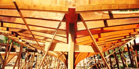 船を造る。準備中です。トーンの写真。木製竜骨梁。オレンジ色の木。カラフルなイメージ。伝統的な方法。トルコ。