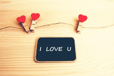 i love u: Un tableau noir avec les mots I LOVE U et une cha�ne de coeurs rouges