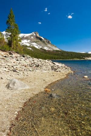 Schneebedeckte Berge und der See im Yosemite National Park, Kalifornien Standard-Bild - 20138930