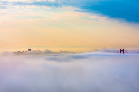 World Famous Golden Gate Bridge von Nebel nach Sonnenaufgang Umgeben in San Francisco, Kalifornien Standard-Bild - 20900242