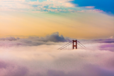 World Famous Golden Gate Bridge Surrounded by Fog after Sunrise in San Francisco,California 版權商用圖片 - 20900287