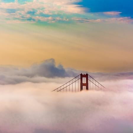カリフォルニア州 San Francisco で日の出後霧に囲まれた世界有名なゴールデン ゲート ブリッジ