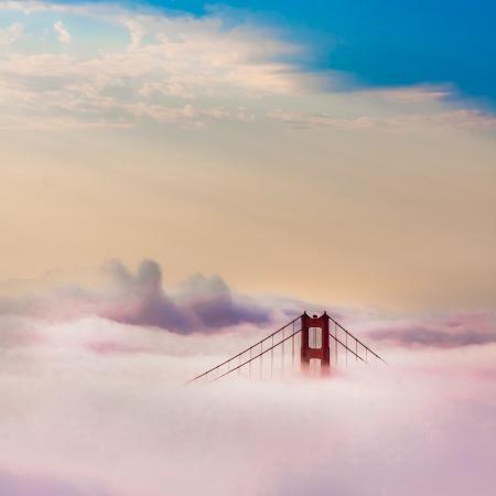 golden gate: Famoso puente Golden Gate mundo rodeado de niebla despu�s de amanecer en San Francisco, California