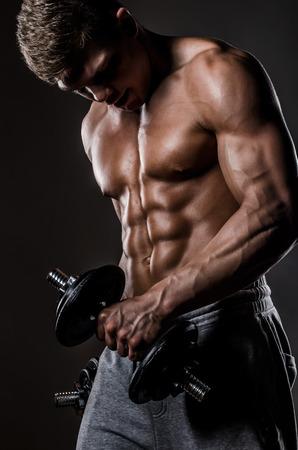 levantar pesas: Hombre del músculo con pesas Foto de archivo
