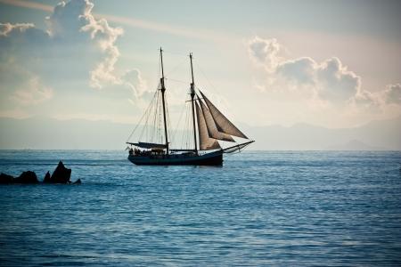 Das Schiff fährt auf dem Meer Standard-Bild