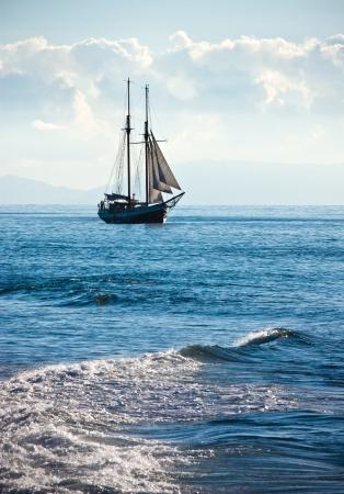 caravel: The ship sails at sea