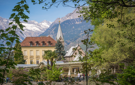 initiator: The promenade in Merano is, However, the Tappeiner Trail, crossing the sunny south side of the chelberg. It is named after its initiator, the Merano spa physician Franz Tappeiner.