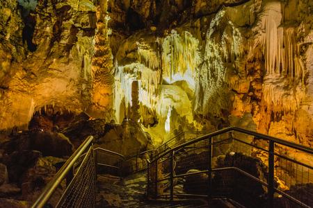 Vorming van stalagmieten en stalactieten in de grotten van Frasassi, Marche, Italië.