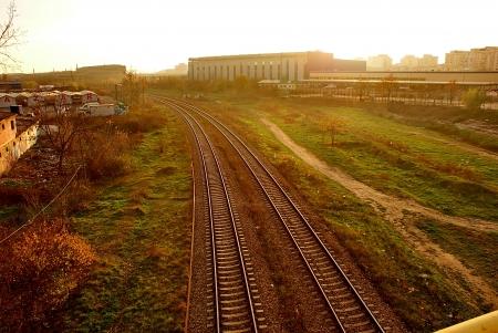 periferia: vista della ferrovia tracce nel tramonto alla periferia Archivio Fotografico