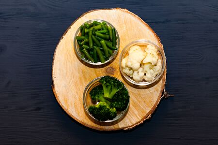 Cut green broccoli, the green beans and cauliflower on wooden cutting board and knife. Vegetarian Zdjęcie Seryjne
