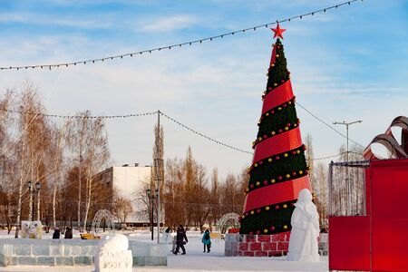 Republic Of Bashkortostan, Russia. City service workers install and decorate a Christmas tree on a city street before the celebration of Christmas and New Year. Stockfoto