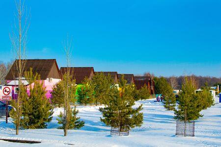 Colorful houses in the Russian village. Recreation Park, winter holidays. Bashkortostan Republic Stockfoto
