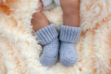 baby's feet in gray wool socks Stockfoto
