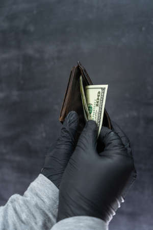Black-gloved hands count the money in the stolen wallet. Stockfoto