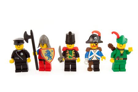 Venedig, Italien - 12. Dezember 2014: Lego Figuren aus 80er Jahren steht auf weißem Hintergrund, 12. Dezember 2014 in Venedig, Italien Standard-Bild - 34588066