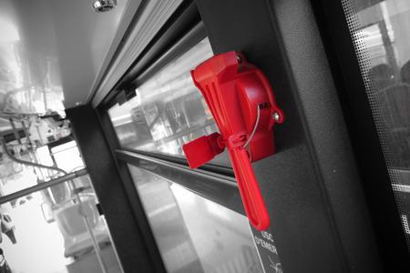 evacuacion: un martillo de evacuaci�n de color rojo en el transporte p�blico
