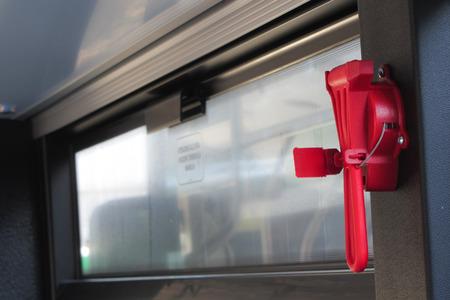 evacuacion: un martillo de evacuación de color rojo en el transporte público