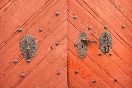 puertas antiguas: detail of an old door from a mountain church Foto de archivo