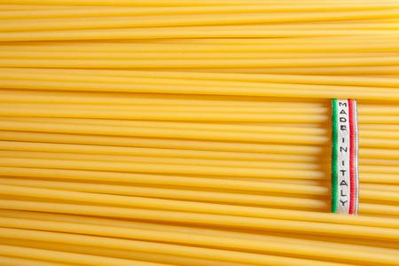 Gemaakt in Italië-etiket over ongekookte Italiaanse spaghetti