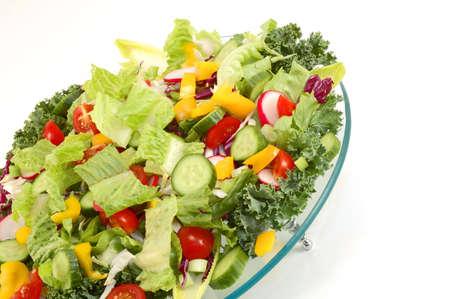 plato del buen comer: Mezcla de verduras en placa de vidrio de �ngulo aislados con fondo blanco.