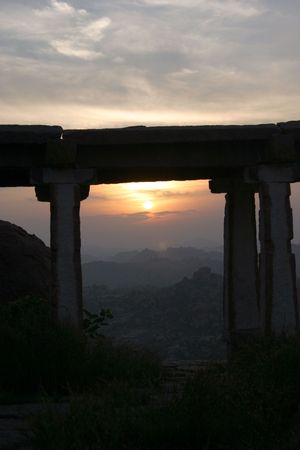 kind during sunset on mountains from the ancient Indian temple complex Standard-Bild