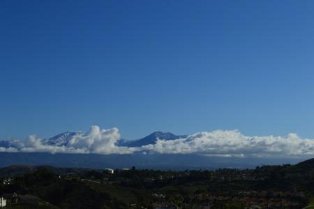 snow capped: San Gabriel Valley y Monta�as capsuladas nieve Foto de archivo