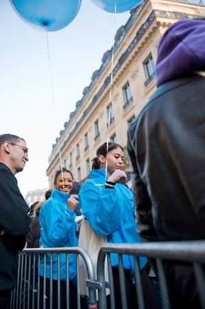 Parijs, Frankrijk - 16 maart 2012 - Cumulatie van de mensen bij de opening van de verkoop iPad3
