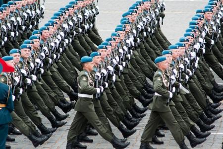 Moscú - 6 de mayo de 2010: ensayo de vestir desfile militar del 65 aniversario de la victoria en la Segunda Guerra Mundial el 6 de mayo de 2010 en la Plaza Roja en Moscú, Rusia