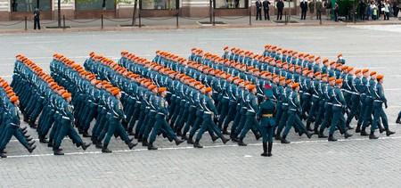 batallón: Moscú - 6 de mayo de 2010: ensayo de vestir desfile militar del 65 aniversario de la victoria en la Segunda Guerra Mundial el 6 de mayo de 2010 en la Plaza Roja en Moscú, Rusia  Editorial