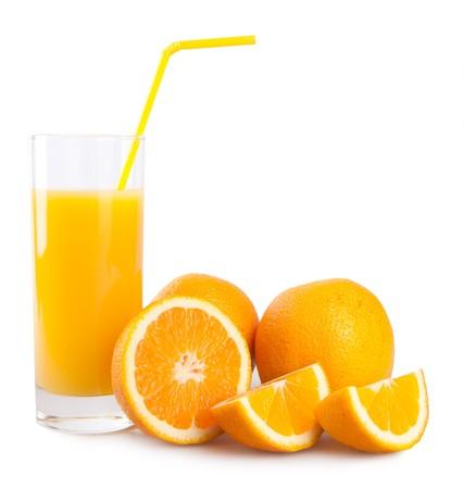 tomando jugo: zumo de naranja aislado en blanco
