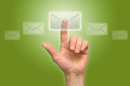 Arm drücken Sie die Taste (Symbol des Briefes) Standard-Bild - 8932485