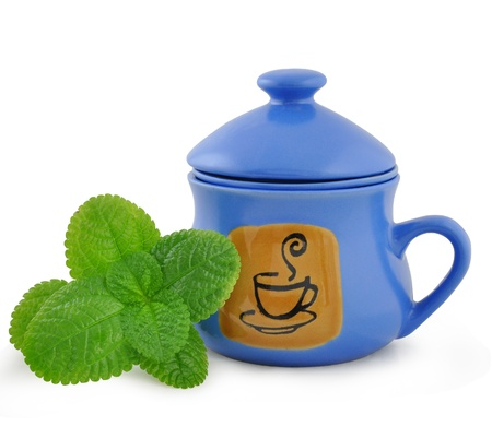 freshening: Dark blue ceramic cup for tea leaves of tea and mint sheet
