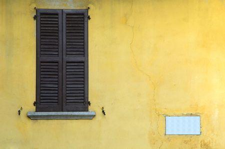 muro rotto: Finestra sul muro giallo rotto