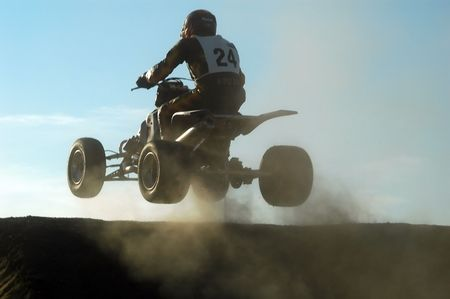 super cross: saltando con un quad en una carrera  Foto de archivo