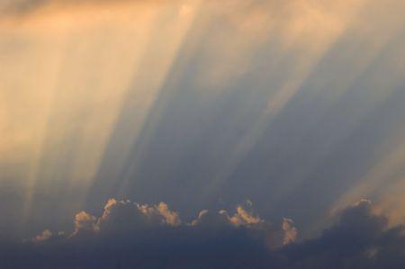 shafts: Sonnenstrahlen durch Wolken