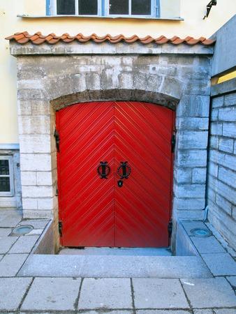 puertas antiguas: Foto de la antigua puerta roja