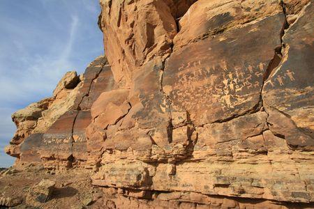 anasazi: Ampio angolo visualizzazione del pannello dei petroglifi scolpito sulla superficie della roccia da prehsitoric Native American(s) nel deserto meridionale di Utah, USA.