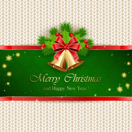 motivos navideños: Decoraciones de Navidad con el arco rojo, campanas de oro sobre fondo verde, acebo de bayas y ramas de árboles de abeto en el patrón de punto blanco, ilustración.