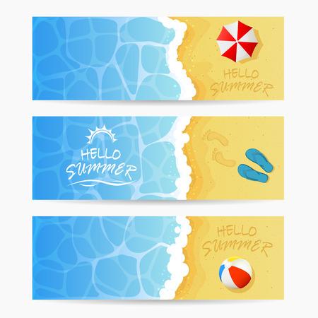 Strand thema, set van kaarten, inschrijving Hallo zomer en oceaan golf op een zandstrand met gekleurde strandbal, flip flops met voetafdrukken en parasol, de zomer vakantie op het strand, illustratie. Stock Illustratie