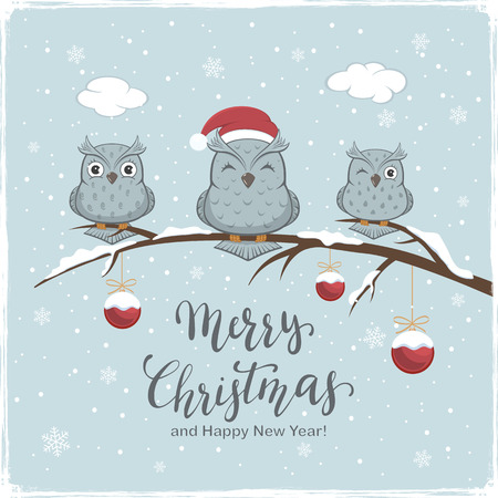 Three owls with Santa's hat on branch with snow and red Christmas balls. Lettering Merry Christmas and Happy New Year on winter background, illustration. Stockfoto - 112081113