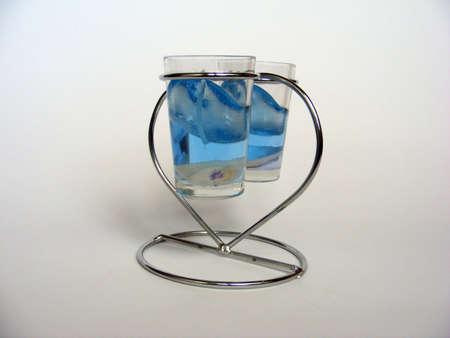 paraffine: Waxen kaarsjes voor romantiek van avondmaal, zee schelpen in een blauwe paraffine in kleine wineglasses