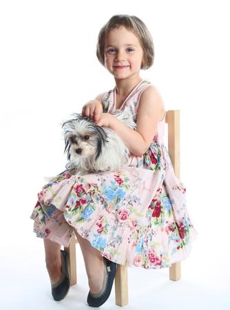 portret van mooie meisje met hond op wit wordt geïsoleerd