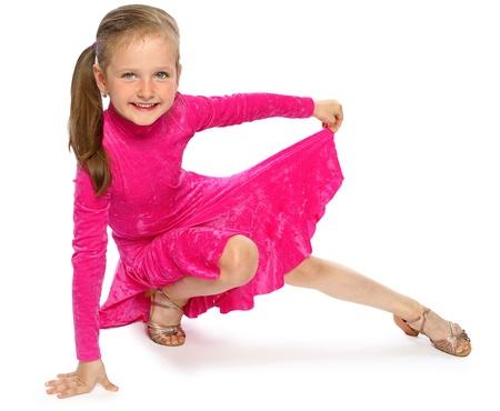 het meisje van de turner toont sportieve oefeningen in studio op wit wordt geïsoleerd Stockfoto