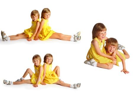 zusters tweelingen in gele heldere jurken hebben plezier in de studio