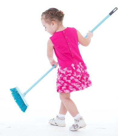 blithe: muchacha, beb�, girlie, muchacha, ni�a, muchacha-concepto Linda ni�a barre un suelo aislado en blanco Foto de archivo